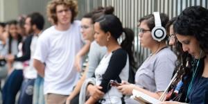 Estudantes esperam a abertura do portões para o Enem
